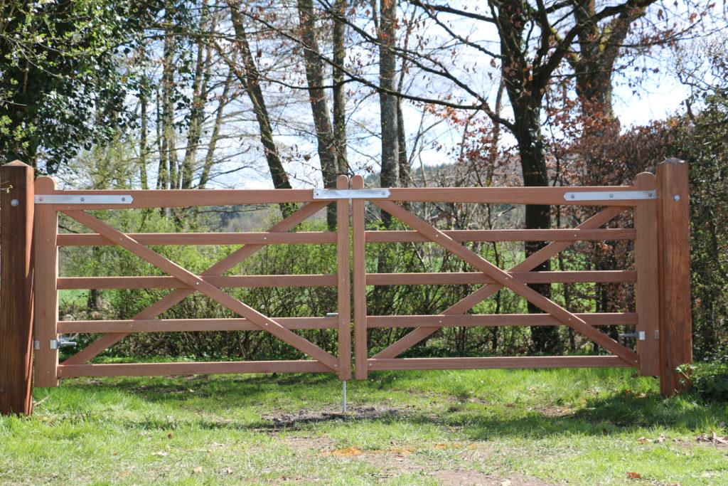 Barrière anglaise en bois tropical dur pour clôtures chevaux